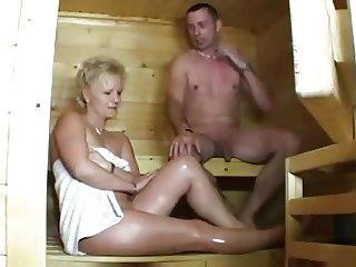 mature dans un sauna