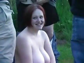 Gordita pelirroja le pegan tremenda cogida en el bosque