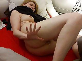 Marlene se masturbe en se faisant fouetter le cul