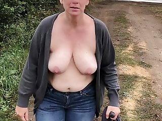 AO-Ehehure mit blanken Titten Outdoor