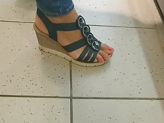 Sexy candid milf feet whit horny footjob toes and faceshot